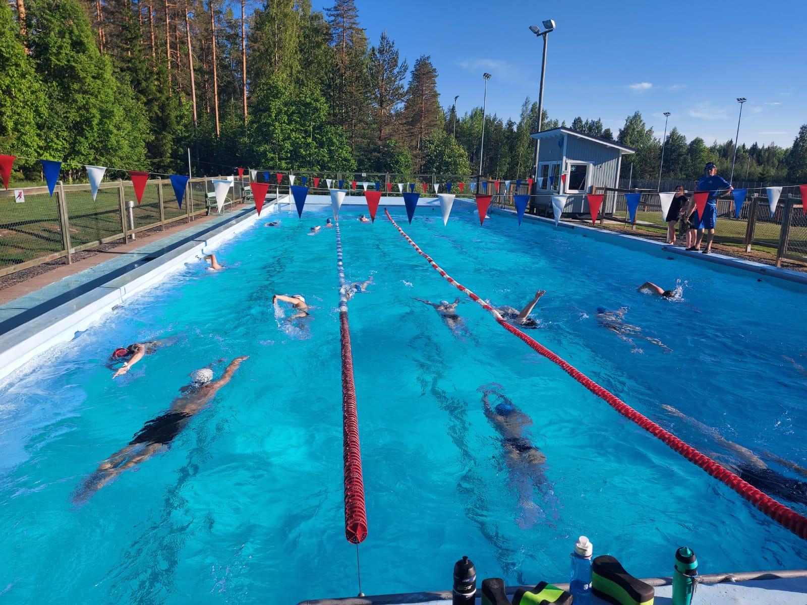 Kajaanin uimaseuran kilparyhmät harjoittelevat Otanmäellä kesällä.